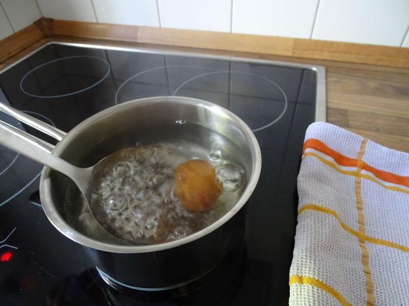 Eier in kochendes Wasser legen